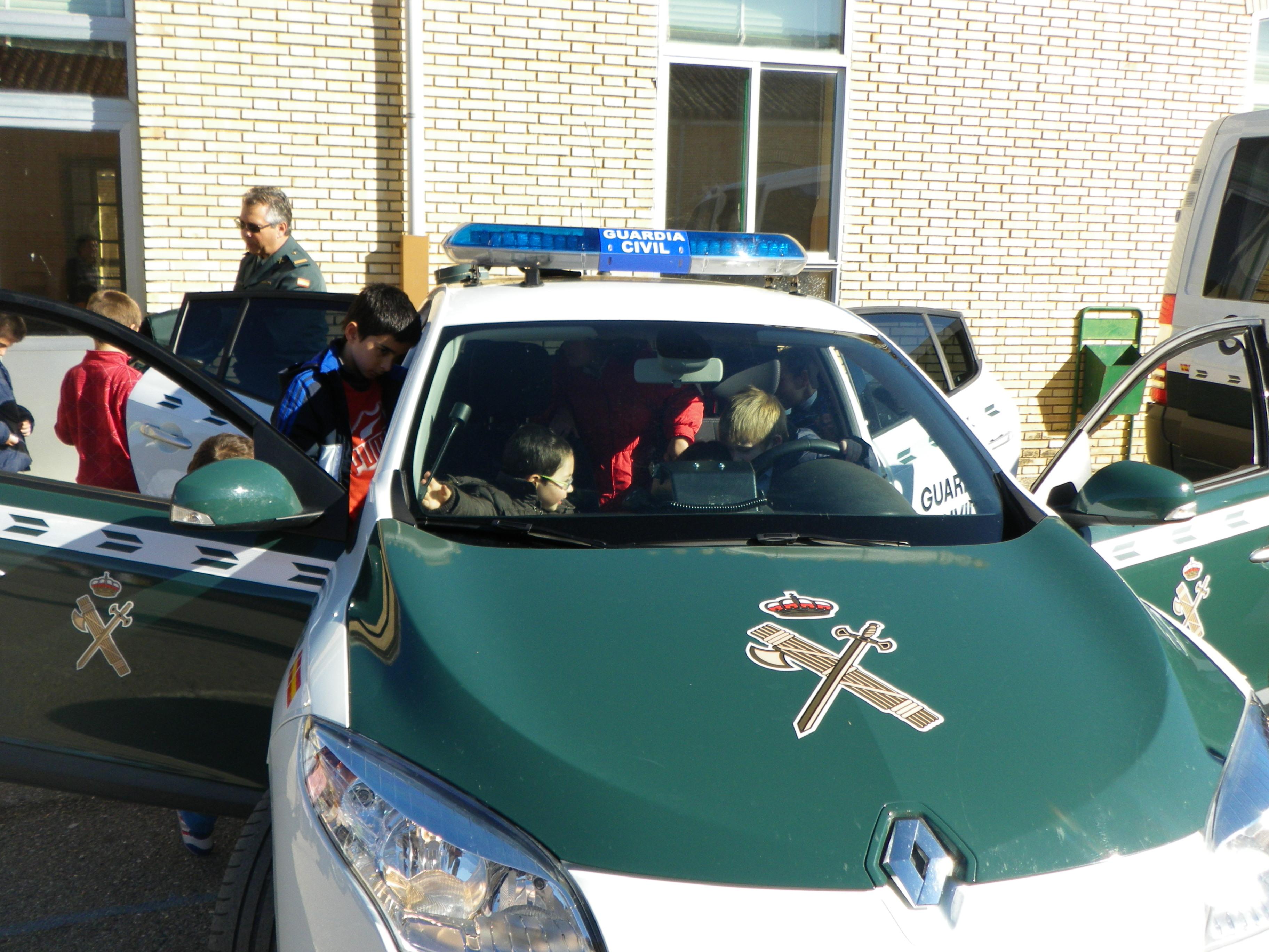 Efectivos de la Guardia Civil, Tráfico y Seprona visitaron el Colegio P. C. Reyes Católicos